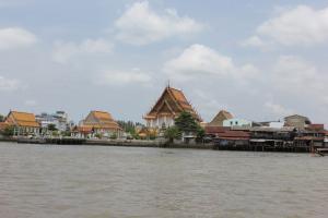 Вид на Храм Лежащего Будды с реки Чао Прайя