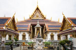 Статуя отшельника перед Храмом Изумрудного Будды