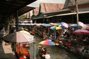 Торговцы на плавучем рынке