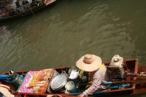 Еду готовят прямо в лодках на плавучем рынке