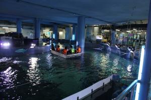 Катание на лодке с прозрачным дном в аквариуме в Бангкоке