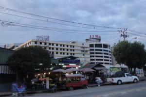 Торговый центр JJ Mall рядом со станцией метро Mo Chit