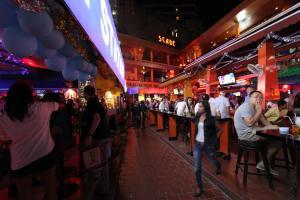Nana Plaza - один из центров ночной жизни в Бангкоке