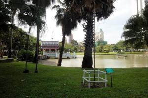 Парк Benjasiri рядом с метро Phrom Phong в Бангкоке