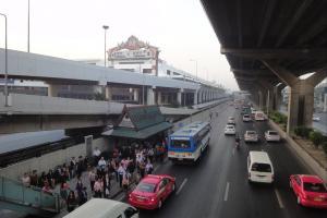 Дорога в Бангкок рядом с аэропортом Дон Мыанг