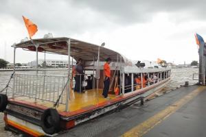 Паром с оранжевым флагом на Чао Прайе в Бангкоке