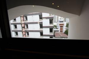 """Вид из окна в номере """"без окон"""" отеля EightVille в Бангкоке"""