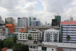 Вид с балкона в White Palace Bangkok. Поезд Airport Line