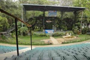 Сцена для звериных шоу в зоопарке