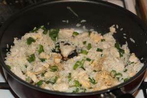 Добавить соевый соус, рыбный соус, лук, перемешать