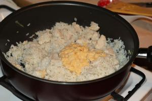 Добавить к мясу рис и яйца