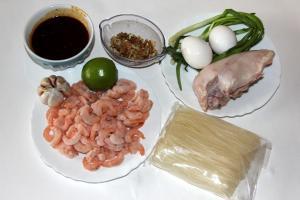 Ингредиенты для пад тая: куриное филе, замороженные креветки, соус пад тай, рисовая лапша, 2 яйца, зеленый лук, лайм, чеснок