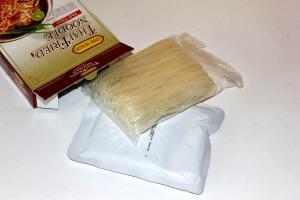 В коробочке для приготовления Пад тая вы обнаружите пакетик с соусом и рисовую лапшу