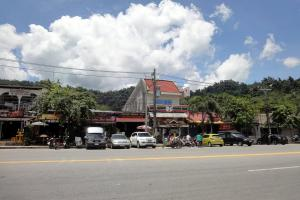 Остановка автобусов в Нанг Тонг в Као Лак