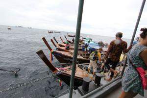 Лонг боаты отвозят/привозят на плавучую пристань вблизи с Ко Липе