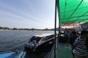 Спидботы рядом с плавучей пристанью на Ко Липе
