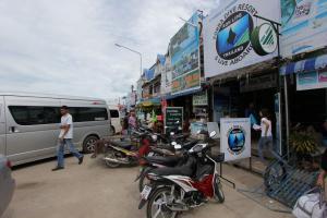 Улочка с турагентствама в Пакбаре