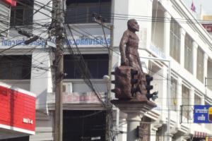 Скульптуры животных на светофорах в Краби Тауне