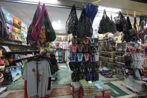 Палатки с одеждой и сувенирами