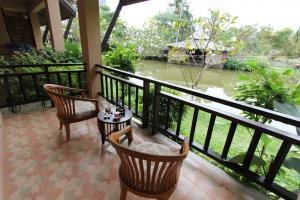 Балкон и пруд в отеле Railay Princess Resort