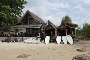 Пляж Клонг Дао в высокий сезон