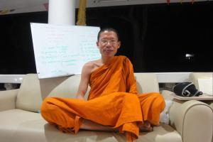 Буддиский монах. Беседа про буддизм в Тайланде.