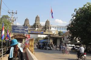 Фото 8 - увидите огромную арку с надписью на английском «Королевство Камбоджа»