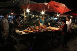 Еда на ночном рынок