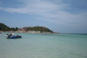 Чистое море на острове Ко Лан в Тайланде