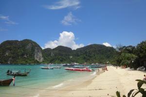 Пляж рядом с пирсом в бухте Тосай на Пхи-Пхи (налево)