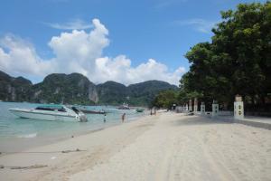 Пляж Тонсай на Пхи-Пхи (направо)