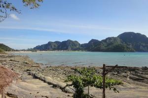 Вид на пляж Loh Dalum на Пхи-Пхи