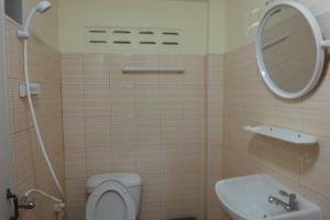 Туалет и душ в Harmony house на Пхи-Пхи