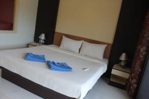 Кровать в Phi Phi Arboreal Resort