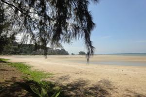 Южная часть пляжа Най Янг