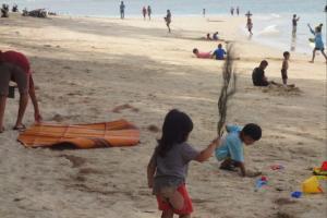 Дети на пляже Най Янг на Пхукете