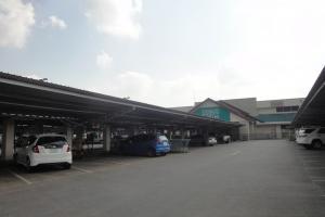 Стоянка автомобилей в Теско Лотус