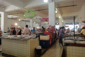 Рынок рядом с храмом Wat Phra Nang Sang