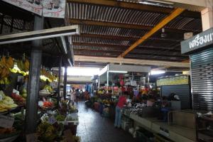 Продуктовый рынок рядом с Robinson