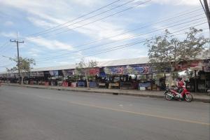 Рынок продуктов на пересечении улиц Si Sena и Ong Sim