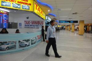 Заказ минибасов и такси на первом этаже в аэропорту
