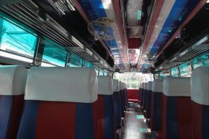 Внутри общественного автобуса