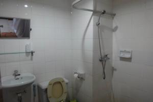 Душ и туалет в Pure Mansion Hotel