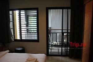 Балкон и соседний отель