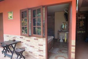 Вход в комнату на первом этаже Lelawadee guesthouse на Самете