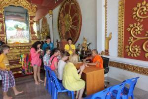 Повязывание ниточек на удачу в храме Мумифицированного монаха