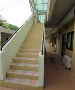 Корридор и лестница в отеле на Ко Липе