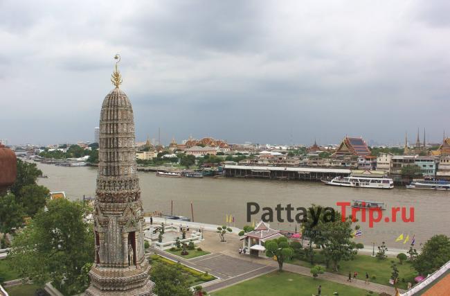 Дождливый день в Бангкоке. Вид на Королевский дворец с Ват Арун