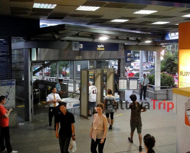 Станция метро MRT Sukhumvit в Бангкоке (Таиланд)