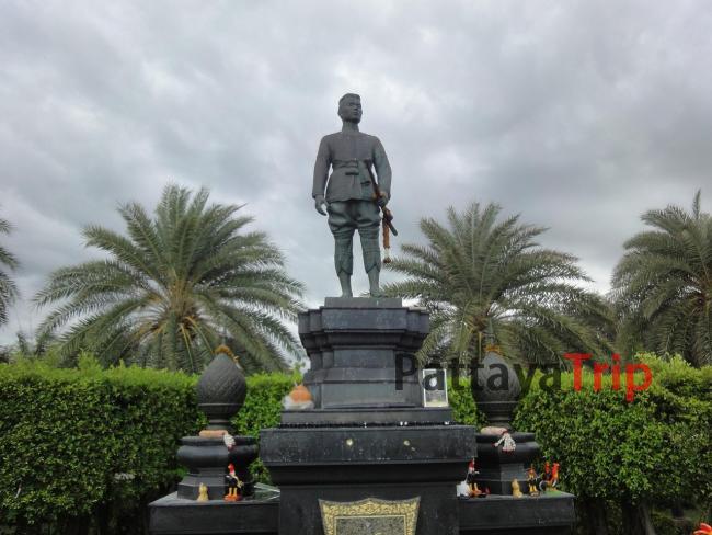 Статуя королю Наресуану в Ча Ам